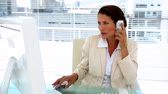 discagem : Businesswoman chatting on her phone at desk in her office