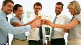bem vestido : Business team toasting with champagne in slow motion