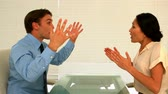 aborrecido : Business partners having an argument in slow motion