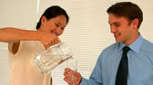 bem vestido : Businesswoman pouring her partner a glass of water in slow motion
