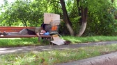 dakloze : View of old beggar sleeping on the bench in city park. Stockvideo
