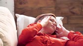 gauč : Woman on couch with her hands at her head. Middle aged woman laying on sofa with her head on pillow with headache massaging her temples with her hands. Dostupné videozáznamy