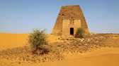 куш : in africa sudan The ancient pyramids of the black pharaohs in the middle of the desert Стоковые видеозаписи