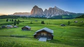 сарай : 4K Time lapse of sunrise view from Seiser Alm (Alpe di Siusi), Dolomites, Italy Стоковые видеозаписи