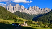 dolomit : 4K Time lapse of Odle mountain with church of Santa Maddalena, Dolomites, Italy Stok Video