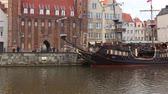 pirát : GDANSK, Poland - APRIL 22, 2018: view of Motlawa river and historic houses, a popular destination for tourism, old town. Dostupné videozáznamy