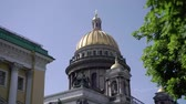 dört : Isaacs Cathedral in Saint-Petersburg exterior building at summer day Stok Video