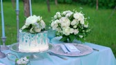 słodycze : Wedding cake at the decorated table outdoors in park at the evening