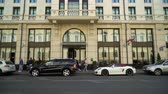 tál : SAINT-PETERSBURG, RUSSIA - AUGUST 4, 2018: Luxury cars near hotel building in a city