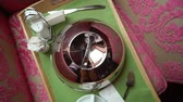 serveuse : Photo of a silver serving dome cover and cup of tea or coffee for breakfast or lunch in bedroom or hotel room