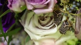кулон : Close-up view to womens brooch of two owls on roses flowers bridal bouquet decoration. Pink and white flowers. Стоковые видеозаписи