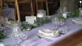 servir : Banquet decorated table, with cutlery. Wedding decor in the banquet hall. Serving of a festive table, plate, napkin, knife, fork. Table setting decoration. Romantic Dinner or other events - wedding, anniversary, birthday.
