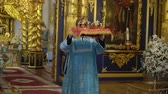 корона : SAINT-PETERSBURG, RUSSIA - SEPTEMBER 23, 2018: Priest holding crowns for wedding in church