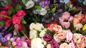 bloemstuk : Many different artificial flowers in the shop