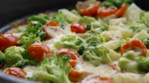 rode paprika : Homemade veggie pizza with broccoli, tomato and cheese Stockvideo