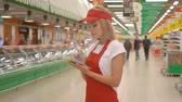 assistent : Supermarket clerk using apps on a digital tablet, innovative technology and work concept Stockvideo