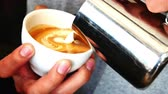leche : hacer café latte art Archivo de Video