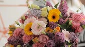 goździk : Florist makes a huge beautiful multicolored bouquet consisting of different flowers