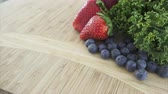 ingrediente : Close up views of healthy organic produce in a kitchen.