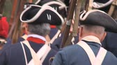 válka : Soldiers march during a revolutionary war battle reenactment