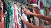 astarlı : A woman shopping for clothes in a cute store Stok Video