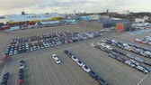 guindastes : Unloading new cars in the port (time-lapse)