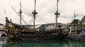 piratenschip : Galleon sailer Neptunus gedokt in de oude haven van Genua. zeilschip uit de film Pirates van Roman Polanskis
