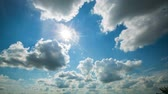 céu : Beautiful summer sun. White clouds on blue sky. time lapse -4k Time Lapse