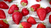 suculento : Fresh and ripe strawberries on a wooden table- hd video Vídeos