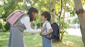 irmãos : Cute Asian children going to the school outdoors slow motion