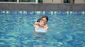 piscina : Asian Mother and son playing in swimming pool slow motion