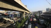 taksi : BANGKOK,THAILAND - JANUARY 19 : Traffic jam on the Centralworld area, January 19,2015 in Bangkok,Thailand. Stok Video
