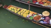 DAMNOEN SADUAK, THAILAND - JANUARY 30 2015: Tourists at the Damnoen Saduak Floating Market on January 30, 2015 in Damnoen Saduak, Thailand. Stok Video