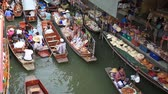 tekneler : DAMNOEN SADUAK, THAILAND - JANUARY 30 2015: Tourists at the Damnoen Saduak Floating Market on January 30, 2015 in Damnoen Saduak, Thailand. Stok Video
