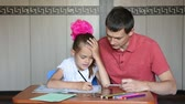 magyarázza : The girl first grader and choose the right tutor pencil completing quests to prepare for school