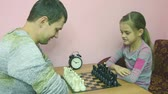 magyarázza : Pope explains a better daughter to make a move in the game of chess