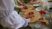poskytování : Multiple people slices Raw Meat On Wooden Board