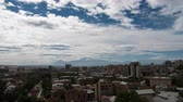 piekne : 4K Timelapse of clouds above the city with huge mountain behind
