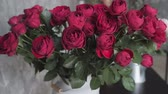 ayrı : Close up red blooming roses. Flowers at flower shop, workshop. Floristry, handmade and artwork concept