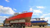 dişli : HOLIDAY CRUISER REMOVAL FOR MAINTENANCE AFTER  HOLIDAY SEASON. KAPSEL BAY NEAR MEGANOM CAPE. October 14th, 2014.Time lapse - two trucks with red and blue sailboats are standing still near seashore while workers preparing them for departure. The clouds are Stok Video