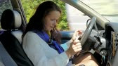 usar : the woman at the wheel exposes the navigator on the phone and starts the ca