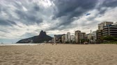 počasí : Empty Beach with Rio de Janeiro skyline and clouds dynamic, Brazil