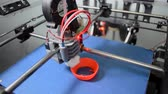 filamento : 3D printer in operation close-up. Automatic three dimensional 3d printing performs plastic modeling in laboratory. The 4ht industrial revolution. Modern Addition technology.