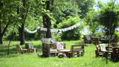 лиственный : Wooden tables and seats in the garden Sunny day in summer