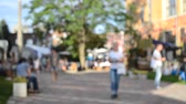 нечеткий : People walk on the street. Background blur Стоковые видеозаписи