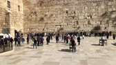 judaico : Western Wall or Wailing Wall or Kotel in Jerusalem. People come to pray to the Jerusalem western wall. The Wall is the most sacred place for all jews Stock Footage