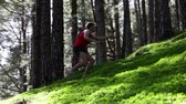 sportovní : Running man trail runner in cross-country run. Male athlete sports runner sprinting uphill in forest outdoor.