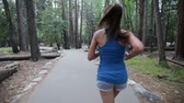 женщина : Running - woman runner jogging on forest path in Yosemite National park. Fit Asian female sport fitness model athlete trail running training for cross country race.