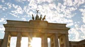 alemão : Brandenburg Gate or Brandenburger Tor in Berlin, Germany is a famous national landmark and tourist attraction at Unter den Linden, in the Mitte part of the German capitol City.