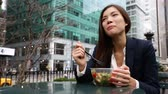 pessoas : Business woman eating salad on lunch break in City Park living healthy lifestyle. Happy smiling multiracial young businesswoman, Bryant Park, Manhattan, New York City, USA